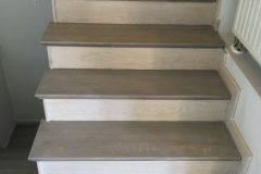 Schody dębowe -blaty stopnii kompozycja dwóch kolorów bejcy, podatopnice wybielanie, wykończone lakierem matowym